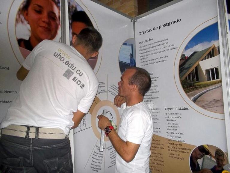Últimos detalles al stand de la Universidad de Holguín en el Congreso Internacional Universidad 2016.