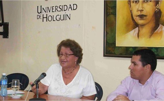 Pura Avilés durante el encuentro con estudiantes de la Universidad de Holguín. UHO FOTO: Luis Ernesto Ruiz Martínez.