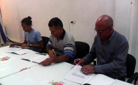 Firma de convenio entre la Contraloría Provincial, la Federación Estudiantil Universitaria (FEU) y la Universidad de Holguín. Desarrollado en la sede Oscar Lucero Moya, el 13 de mayo de 2016. Foto: Yudith Rojas Tamayo.