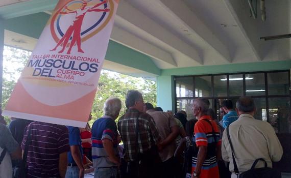 """Durante la mañana se acreditan los delegados extranjeros y cubanos que, durante tres días, intercambiarán en el VII Taller Internacional """"Músculo del cuerpo, músculo del alma"""" Desarrollado en la sede Manuel Fajardo, el 25 de mayo de 2016. Foto: Yudith Rojas Tamayo."""