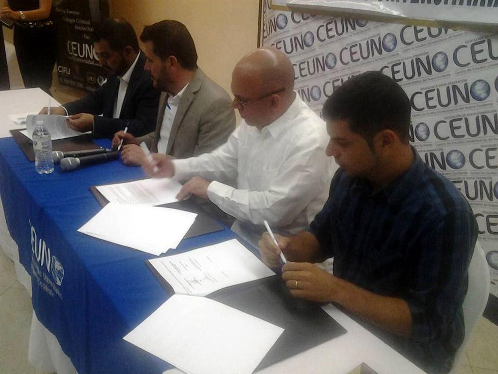 El Dr.C Reynaldo Velázquez Zaldívar, rector de la Universidad de Holguín, firma Convenio Marco con autoridades del Centro de Estudios Universitarios de Nuevo Occidente (CEUNO). Efectuado en el Estado de Sonora en México, el 4 de junio de 2016. UHO FOTO/Cortesía de la Delegación holguinera.