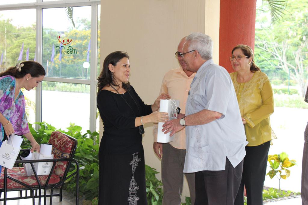 El ministro de Educación Superior recibe un detalle en nombre de la Universidad de Holguín. Desarrollado en la sede Celia Sánchez Manduley, el 14 de junio de 2016. Foto:Torralbas