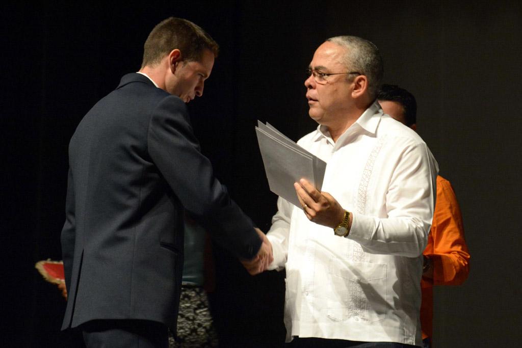 Luis Antonio Torres Iríbar (D), Primer Secretario del Comité Provincial del Partido Comunista de Cuba (PCC), entrega reconocimiento a Carlos Daniel Martínez Castro, Mejor Graduado Integral del Curso Regular Diurno en la Universidad de Holguín. ACN FOTO/ Juan Pablo CARRERAS.