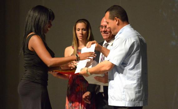 Julio César Estupiñan Rodríguez (D), Presidente de la Asamblea Provincial del Poder Popular, entrega reconocimientos a los mejores egresados, durante el acto de graduación de la Universidad de Holguín,  efectuado en el Teatro Eddy Suñol de la capital provincial, en Cuba, el 19 de julio de 2016.    ACN  FOTO/ Juan Pablo CARRERAS/ rrcc