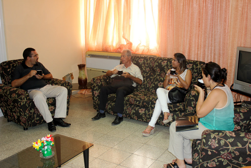 Fructífero intercambio momentos antes de la firma del Contrato. UHO FOTO/Torralbas.