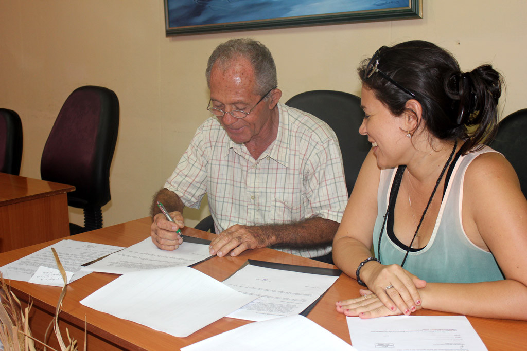 Firma del Contrato. UHO FOTO/Torralbas.