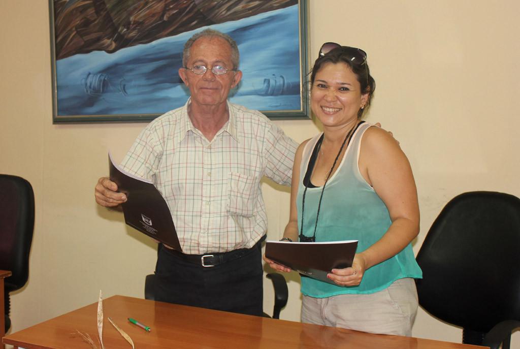 Momento final de la firma del Contrato. UHO FOTO/Torralbas.