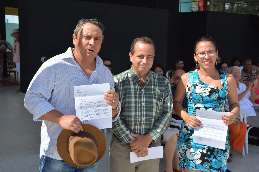 Dr.C. Ricardo Abreu (I) y Dr.C. Aniuska Ortiz (D), junto al Dr.C. Miguel Cruz Ramírez, Vicerrector de Investigaciones, luego de recibir la Carta de Reconocimiento del MES. Acto de cierre del Curso Escolar 2015-2016. Efectuado el 22 de julio de 2016 en el Centro Cultural Bariay de Holguín. UHO FOTO/Luis Ernesto Ruiz Martínez.