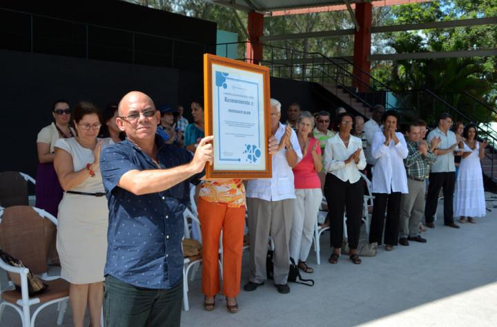El Rector muestra el Reconocimiento anviado por el MES. Acto de cierre del Curso Escolar 2015-2016. Efectuado el 22 de julio de 2016 en el Centro Cultural Bariay de Holguín. UHO FOTO/Luis Ernesto Ruiz Martínez.