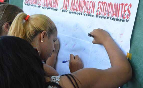Los estudiantes de la Universidad de Holguín, organizados en la Federación Estudiantil Universitaria, se unen para reclamar que respeten al pueblo cubano. Desarrollado en la sede José de la Luz y Caballero. Foto/Luis Ernesto Ruiz Martínez