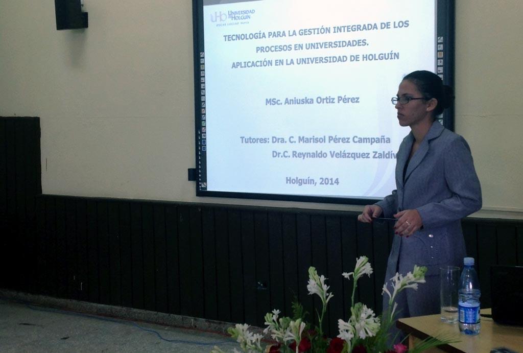La Dr. C. Aniuska Ortiz Pérez, actualmente Jefa del Departamento de Calidad de la Universidad de Holguín, durante la defensa de su tesis doctoral.