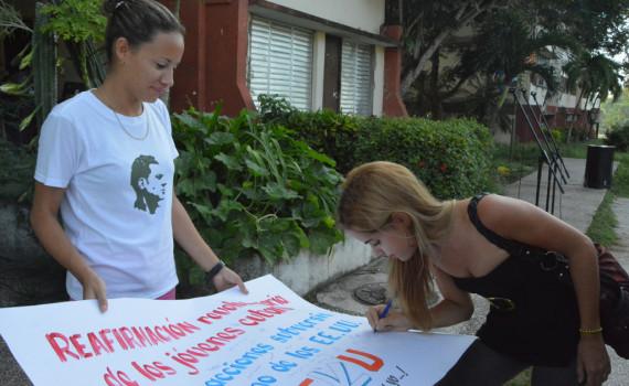 Estudiantes universitarios estampan su firma para manifestar su desacuerdo con las intenciones de las becas World Learning. Desarrollado en la sede Oscar Lucero Moya, el 28 de septiembre de 2016-UHO/Foto: Yudith Rojas Tamayo