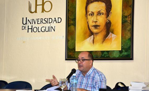 Ernesto Limia Día intercambió con estudiantes y trabajadores de la Universidad de Holguín sobre temas polémicos de nuestra realidad. UHO FOTO/Luis Ernesto Ruiz Martínez.