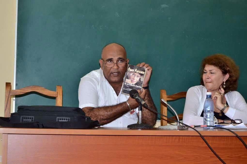 Sobre la vida y obra de Omara Portuondo es el libro que presentó Ramón Collado González. Foto: Alexis Rodríguez Leyva.