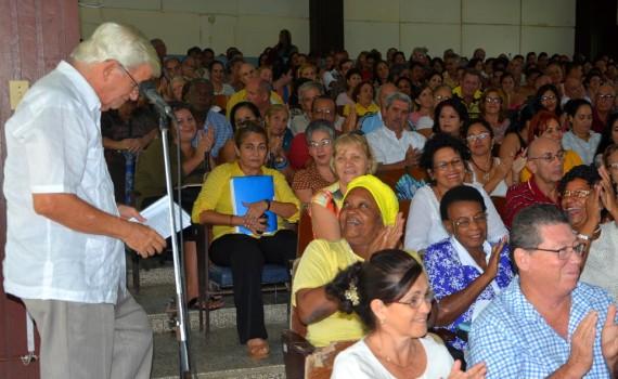 Roberto Guillermo Rodríguez Córdova, muy próximo a cumplir 80 años, recibió la felicitación de los asistentes al Claustro efectuado el 19 de octubre en la Sede José de la Luz y Caballero. UHO FOTO/Luis Ernesto Ruiz Martínez.