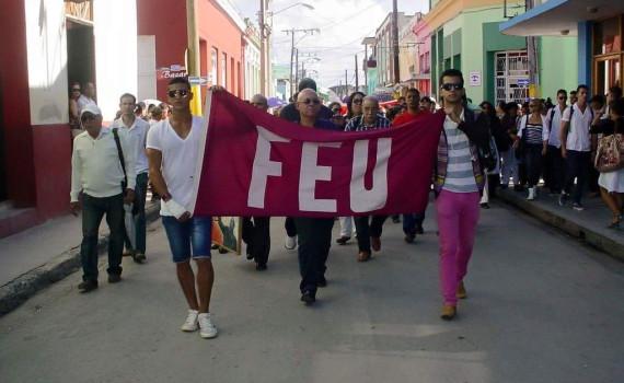 Junto a la FEU recorriendo las calles holguineras como digno tributo al Comandante en Jefe Fidel Castro. UHO Foto/Francisco Rojas González.