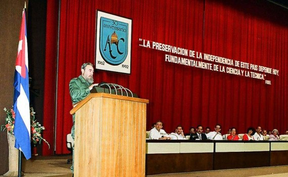 El Presidente de los Consejos de Estado y de Ministros, Comandante en Jefe Fidel Castro Ruz preside el acto central por el XXX Aniversario de la Academia de Ciencias de Cuba. Palacio de las Convenciones, Ciudad de La Habana, 20 de febrero de 1992.