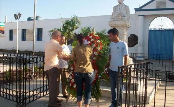 Miembros del Consejo de Dirección de la Universidad de Holguín rinden homenaje a José Martí en el parque que lleva su nombre, a propósito del aniversario 164 de su natalicio. UHO FOTO/Luis Ernesto Ruiz Martínez