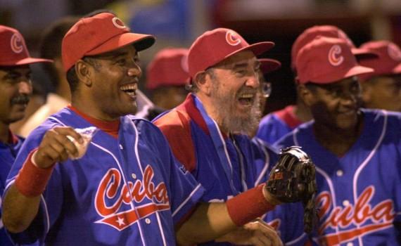 Fidel Castro Ruz visita la República Bolivariana de Venezuela y asiste a juego de béisbol entre veteranos venezolanos y cubanos. 26-31 de octubre del 2000