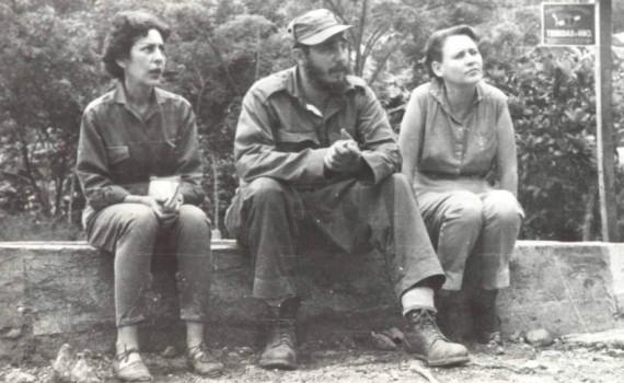 Fidel junto a las combatientes del Ejército Rebelde Celia Sánchez Manduley y Haydeé Santamaría Cuadrado. El Naranjo, Sierra Maestra, mayo de 1958.