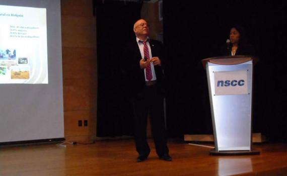 Dr. C. Reynaldo Velázquez Zaldívar, Rector de la Universidad de Holguín durante su presentación en Canadá.