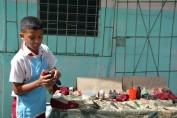 Este pequeño de quinto grado explica uno de los pasos para remontar un calzado. Desarrollado en el municipio de Cueto, el 24 de mayo de 2017. Foto/UHo: Yudith Rojas Tamayo