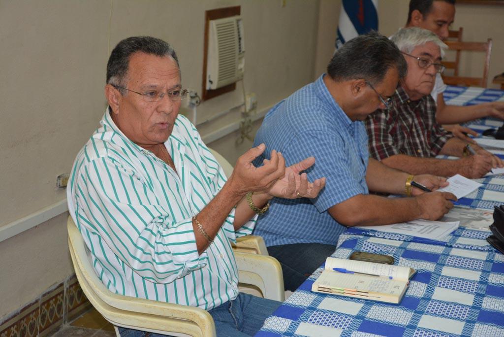Proceso de evaluación externa a la Maestría en Dirección.  Jorge Luis Sánchez Infante, Presidente de la ANEC en Holguín, intercambia con los evaluadores. UHO FOTO/Luis Ernesto Ruiz Martínez