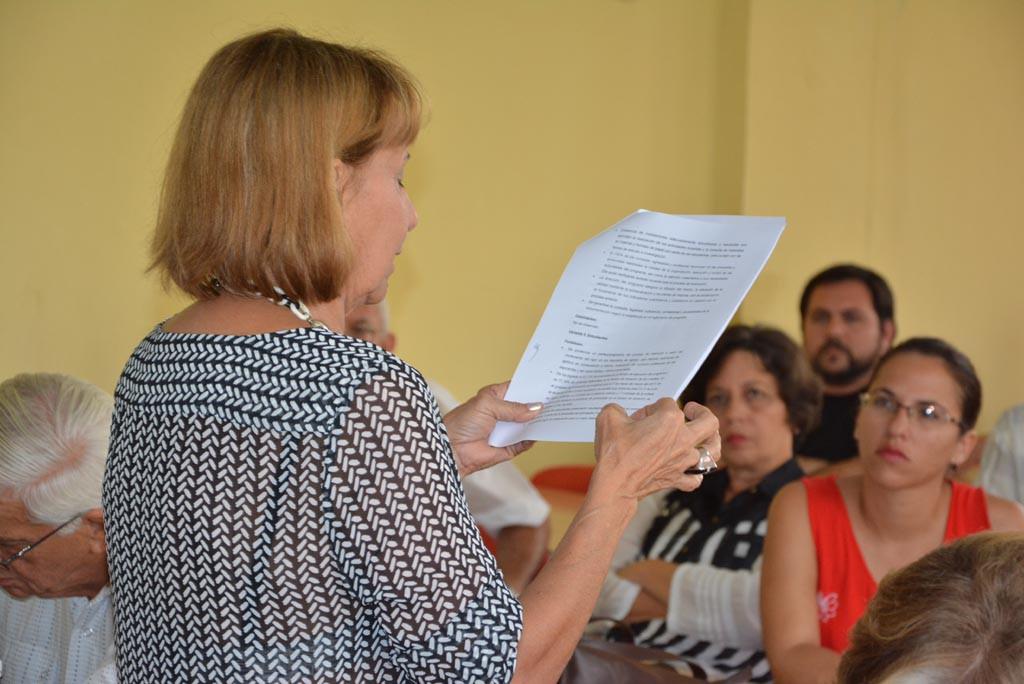 La Dr. C. Ileana Capote Padrón, representante del Comité Técnico Evaluador, lee el Informe de Conclusiones de la evaluación externa a la Maestría en Dirección. Efectuada con la presencia de profesores y directivos de la Universidad de Holguín, el 19 de mayo de 2017. UHO FOTO/Luis Ernesto Ruiz Martínez