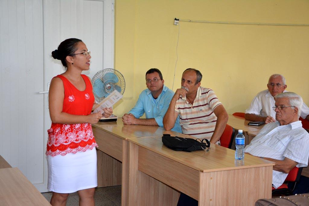 La Dr. C. Aniuska Ortiz Pérez, Jefa del Departamento de Calidad de la UHo, agradece la profesionalidad del equipo de expertos que participó en la evaluación externa a la Maestría en Dirección. UHO FOTO/Luis Ernesto Ruiz Martínez