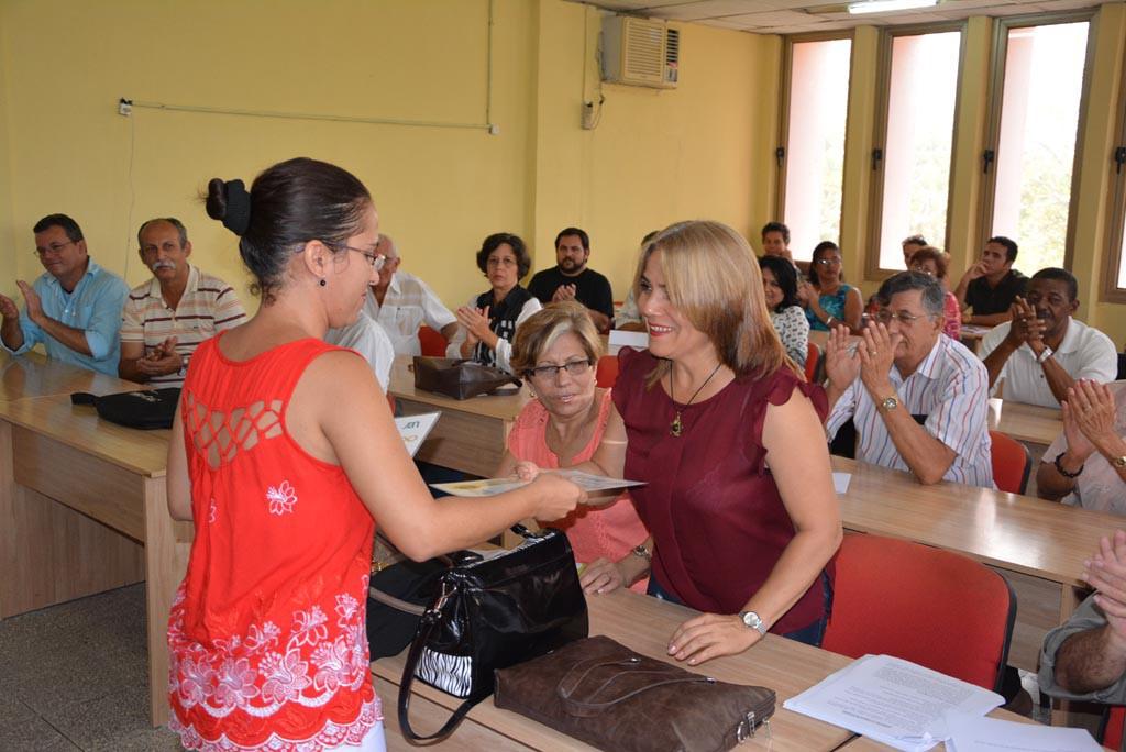 La Dr. C. Aniuska Ortiz Pérez, Jefa del Departamento de Calidad de la UHo, entrega el Reconocimiento a la Dr. C. Mirlandia Valdés Florat por su participación en la evaluación externa a la Maestría en Dirección. UHO FOTO/Luis Ernesto Ruiz Martínez