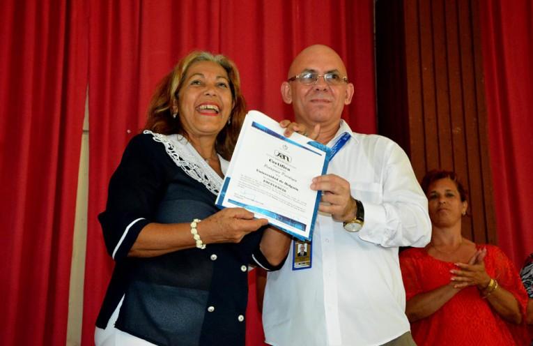 El Dr. C. Reynaldo Velázquez Zaldívar, Rector, entrega a la Dr. C. Aurora García Gutiérrez, el Certificado que confirma la Condición de Excelencia a la Carrera Pedagogía-Psicología.