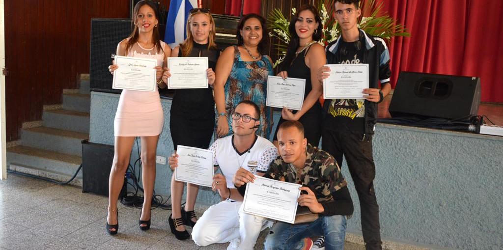Los graduados muestran sus títulos al concluir el acto de Graduación del Curso de Formación Básica de Nivel Medio Superior. Efectuado el 11 de julio de 2017 en el Teatro de la Sede José de la Luz y Caballero. UHO FOTO/Luis Ernesto Ruiz Martínez.