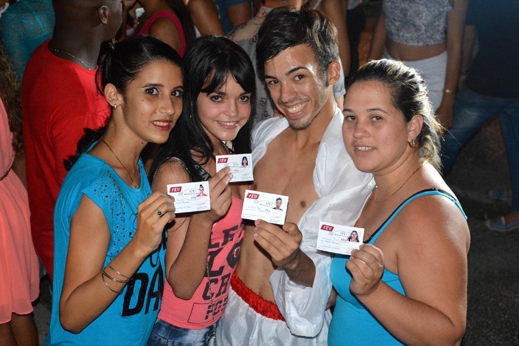 Después de bailar para sus compañeros, Frank Ricardo Torres muestra orgulloso el carné de miembro de la FEU en la Universidad de Holguín. UHO FOTO/Luis Ernesto Ruiz Martínez.