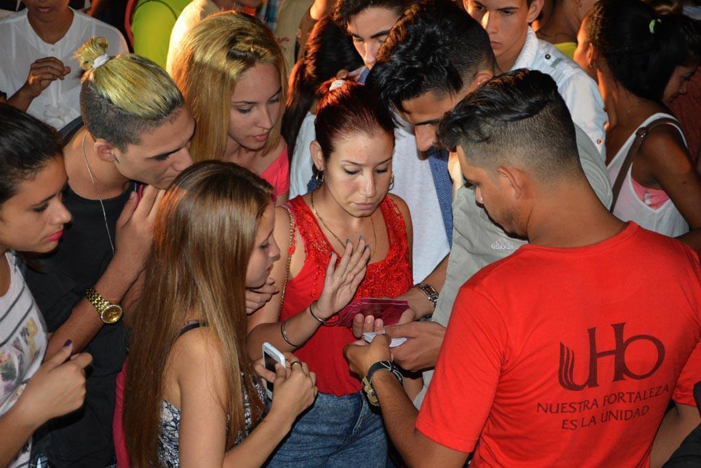 Acto de entrega del carné de la FEU a estudiantes de primer año de la Universidad de Holguín. Efectuado el 28 de septiembre de 2017 en la Sede Oscar Lucero Moya. UHO FOTO/Luis Ernesto Ruiz Martínez.