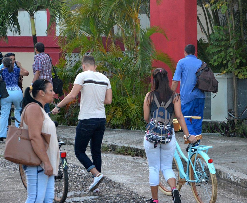Los estudiantes regresan a las aulas de la Universidad de Holguín tras el paso del Huracán Irma por Cuba.  UHO FOTO/Luis Ernesto Ruiz Martínez.
