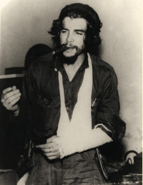 En Cabaiguán después de fracturarse el brazo izquierdo durante el ataque a ese poblado. 22 de diciembre de 1958
