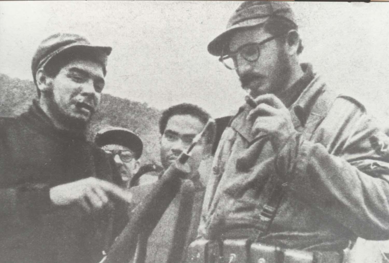 Junto a Fidel durante las pruebas del sistema de fusil de cañón recortado lanza-granadas. Pata de la Mesa Sierra Maestra, febrero de 1958