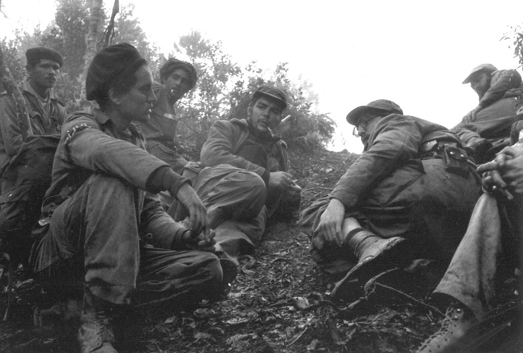 Junto a Fidel y otros combatientes del Ejército Rebelde tras la batalla de Pino del Agua. Septiembre de 1957