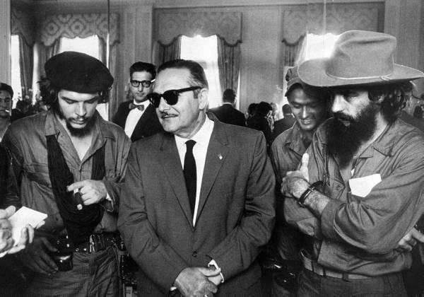 Los Comandantes Ernesto Guevara y Camilo Cienfuegos, conversan con el Presidente de la República Dr. Manuel Urrutia Lleó en el Palacio Presidencial. Enero de 1959