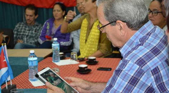 """El Dr. C. José Ramón Saborido interactúa con la aplicación """"Alejandro"""", realizada desde CESOFTAD. Desarrollado en la sede José de la Luz y Caballero, el 13 de diciembre de 2017. Foto:Yudith Rojas Tamayo"""