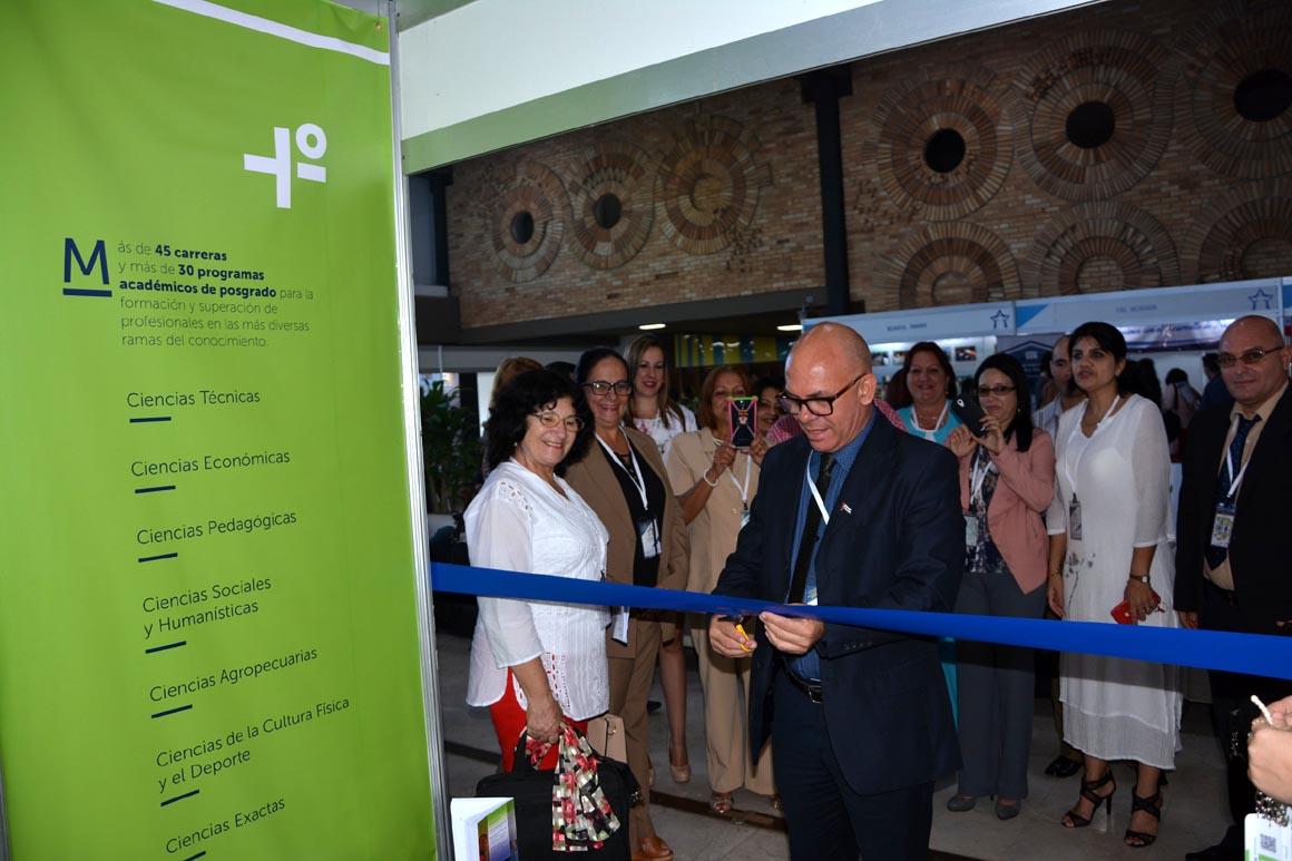 El Dr. C. Reynaldo Velázquez Zaldívar, Rector de la UHo, inauguró el stand acompañado por miembros de nuestra delegación al Congreso Internacional Universidad 2018. UHO FOTO/Yani Martínez.