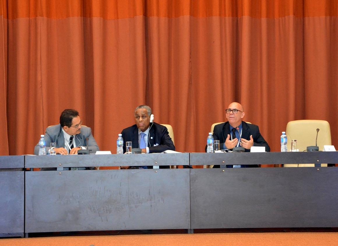 El Dr. C. Reynaldo Velázquez Zaldívar, Rector de la UHo, interviene en el Foro de Rectores del Congreso Internacional Universidad 2018. UHO FOTO/Yani Martínez.
