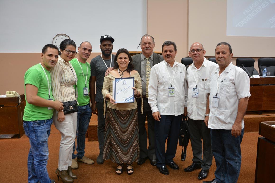 La Universidad de Holguín recibió el Premio al Stand de Mejor Diseño durante la Exposición Asociada Universidad 2018. UHO FOTO/Luis Orlando Aguilera.