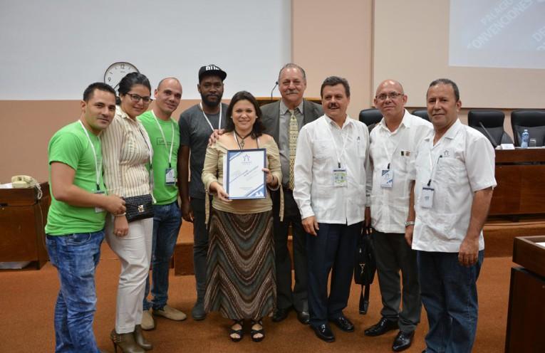 Premio al Stand de Mejor Diseño en la Exposición Asociada Universidad 2018. Foto: DircomUHo