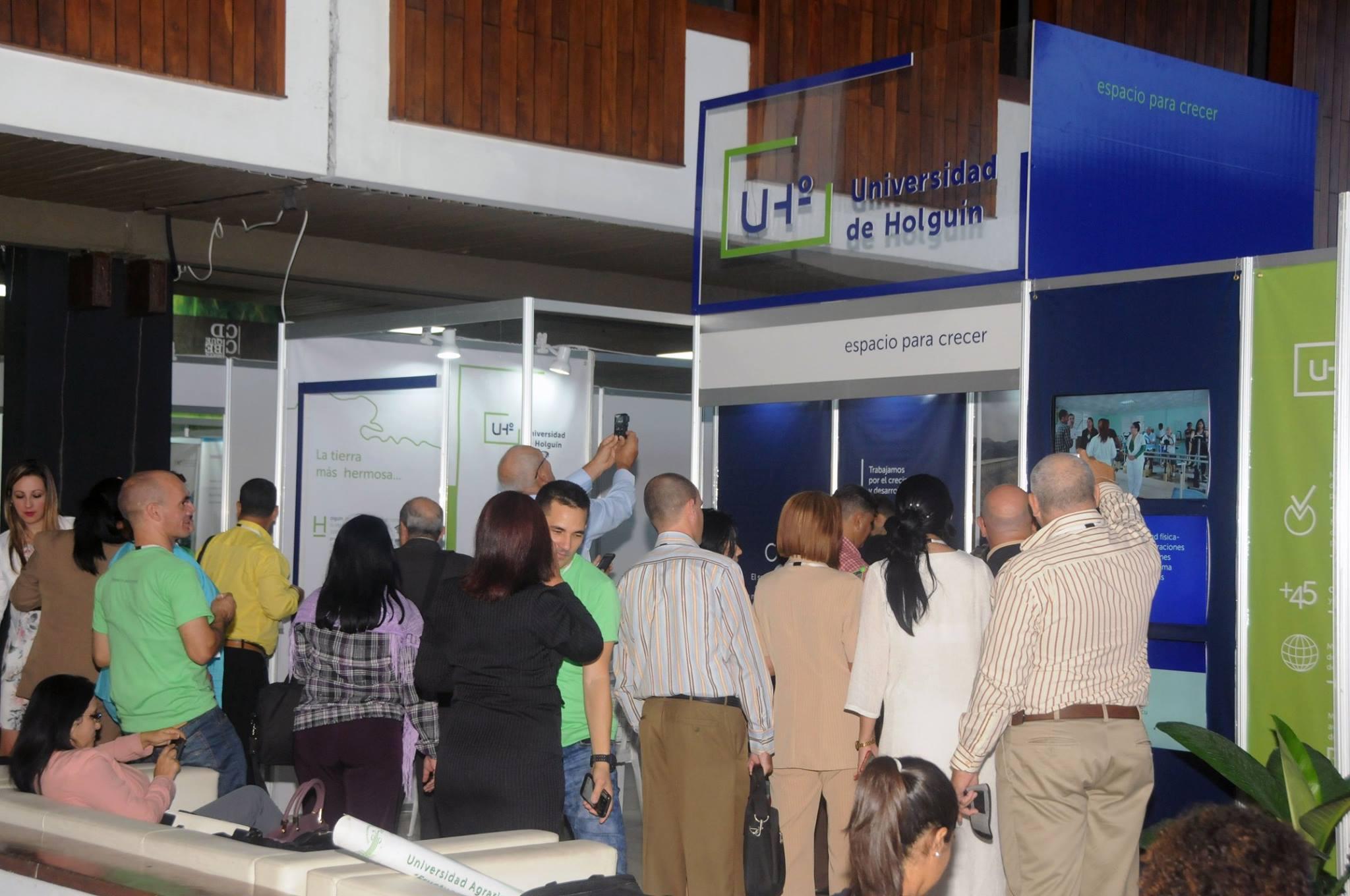 El stand de la Universidad de Holguín ha sido visitado por varios delegados al Congreso Universidad 2018. Foto: Vladimir Molina/PL.