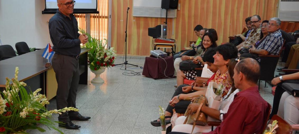 El Dr. C. Reynaldo Velázquez Zaldívar, Rector de la UHo, agradece a los evaluadores durante el acto de apertura del proceso de evaluación externa de la Maestría Pedagogía Profesional, efectuada en la sede Oscar Lucero Moya, el 9 de abril de 2018. UHO FOTO/Luis Ernesto Ruiz Martínez.