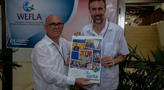 El Dr. C. Reynaldo Velazquez Zaldívar, Rector de la Universidad de Holguín, junto a Jeff Tennant luego de entregarle un reconocimiento por su vinculación con Wefla. UHo FOTO/ Torralbas.