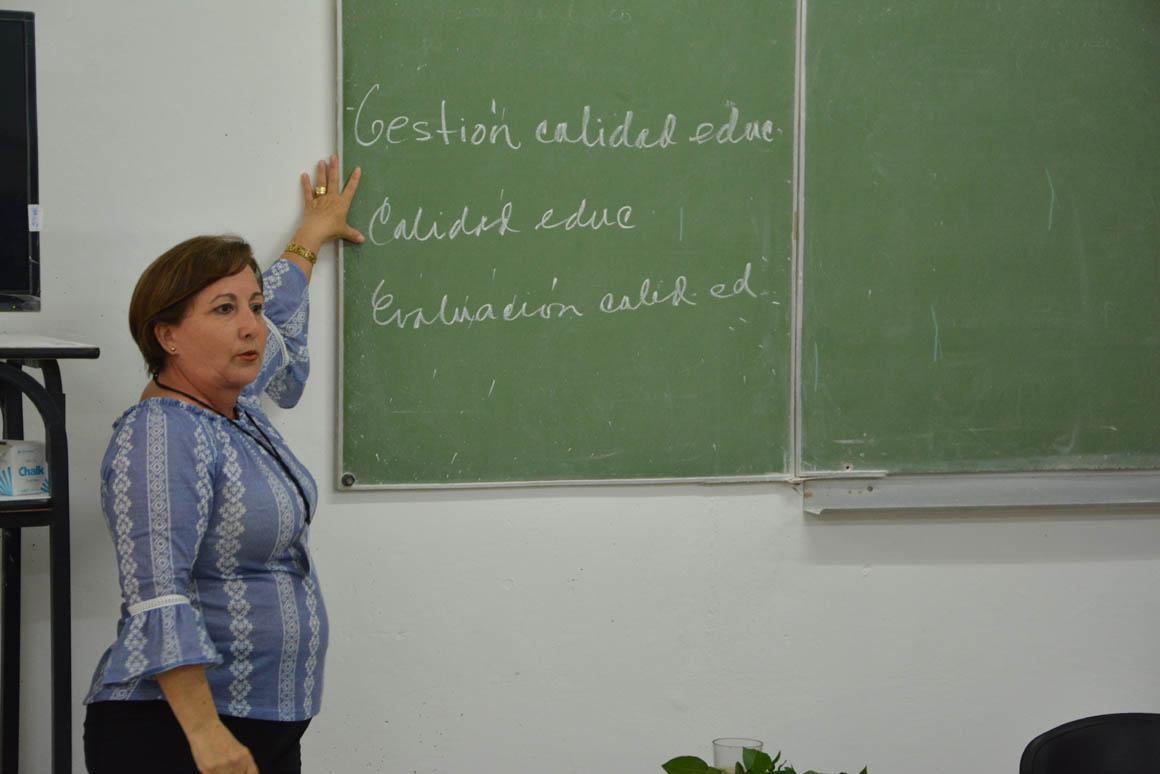 La Dr. C. Yolanza Cruz Proenza Garrido imparte una de las Conferencias Especializadas del VIII Evento Nacional de Formación laboral e investigaciones educativas, organizado por la  Universidad de Holguín, que sesiona en la sede José de la Luz y Caballero  UHo FOTO/Luis Ernesto Ruiz Martínez.