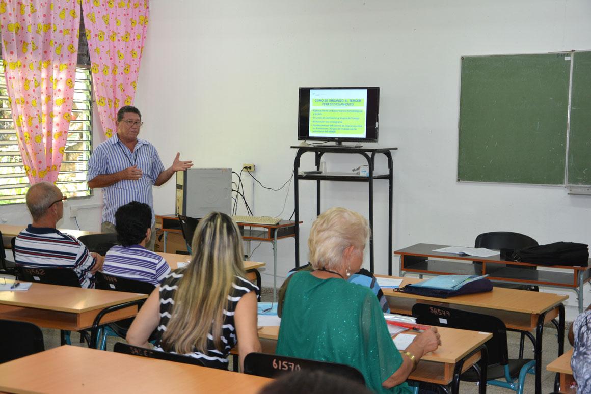 El Dr. C. Humberto Marrero Silva imparte una de las conferencias especilizadas en el VIII Evento Nacional de Formación laboral e investigaciones educativas, organizado por la  Universidad de Holguín, que sesiona en la sede José de la Luz y Caballero  UHo FOTO/Luis Ernesto Ruiz Martínez.