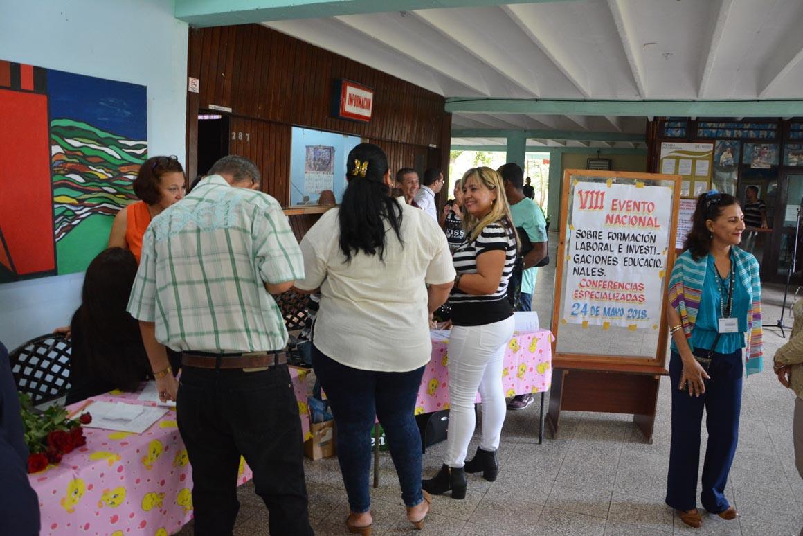 Acreditación del VIII Evento Nacional de Formación laboral e investigaciones educativas, organizado por la  Universidad de Holguín, que sesiona en la sede José de la Luz y Caballero  UHo FOTO/Luis Ernesto Ruiz Martínez.